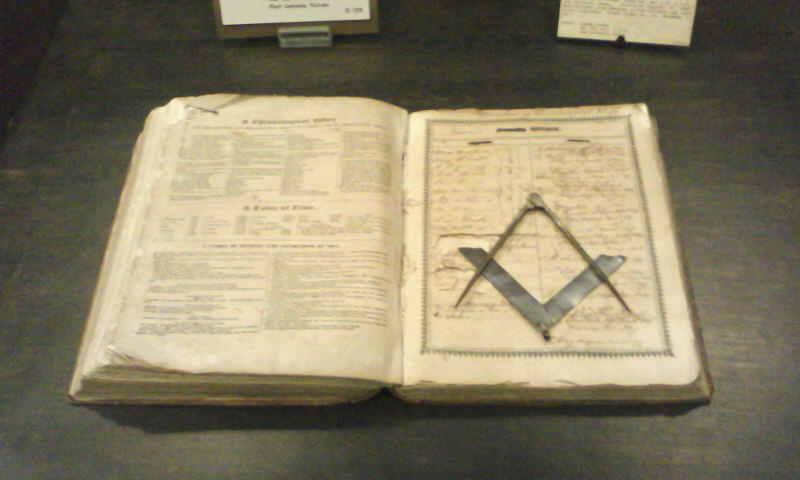 Biblie cu simbol masonic